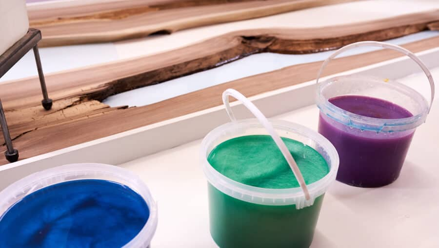Preparing colorful epoxy resin to seal the wood gap.