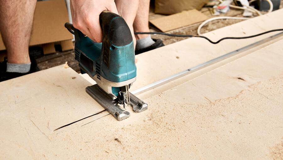 Plywood splintered when cut with jigsaw.