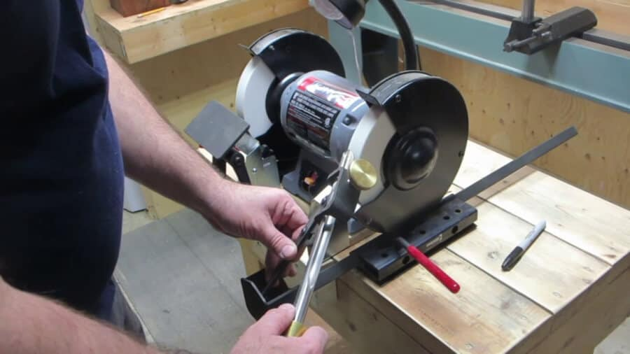 Sharpen the woodworking lathe tool with the grinding jig.